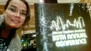 Foto junto ao logo da 55ª conferência da Associação Americana de Tradutores.